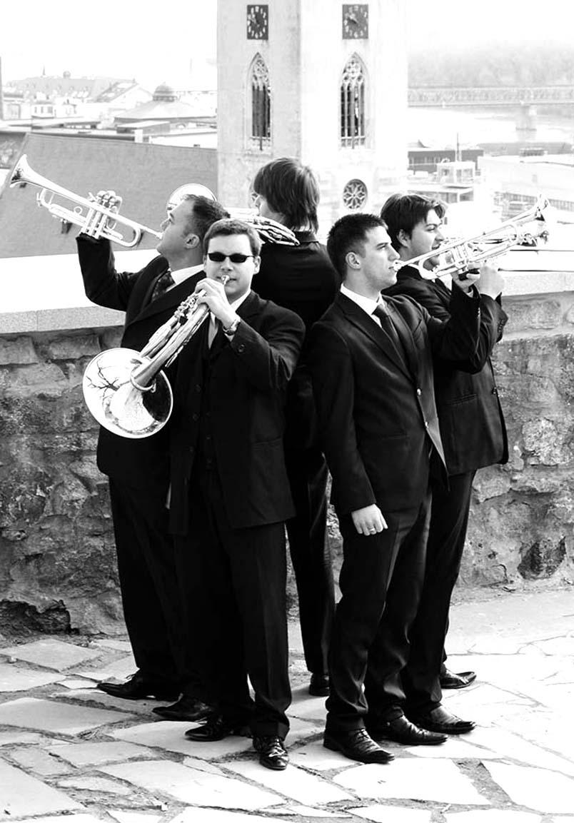 Fanfare je päť clenná dychová formácia, ktorá je tým správnym klúčom na otvorenie plesových sezón, slávnostných podujatí.